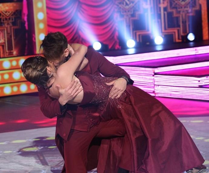 Lucas Lucco deu um beijão em Ana Paula na sua apresentação do foxtrote (Foto: Carol Caminha / Gshow)