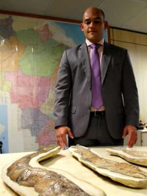 Delegado da Polícia Federal Carlos André Gastão com fósseis recuperados (Foto: Vianey Bentes/TV Globo)