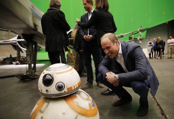 O príncipe William conversa com BB-8 (Foto: Getty Images)