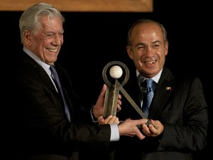 Escritor peruano Mario Vargas Llosa recebe prêmio Carlos Fuentes das mãos do presidente mexicano Felipe Calderon na Cidade do México nesta quarta (21) (Foto: Pedro Pardo/AFP)