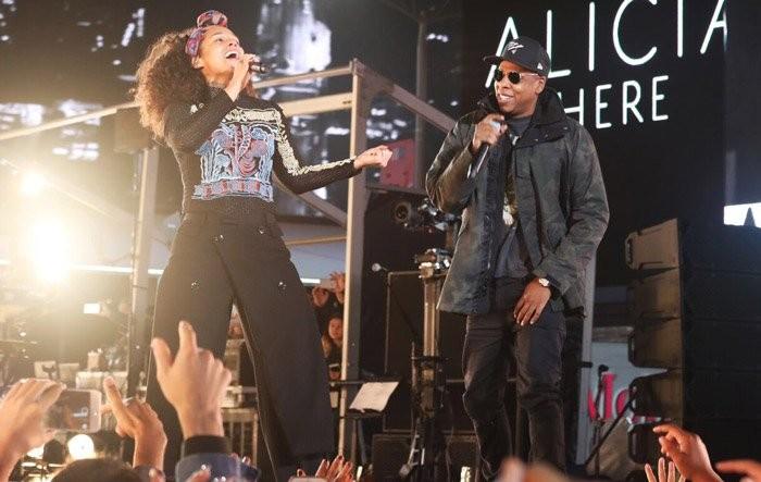 Alicia Keys e Jay-Z, no show surpresa que a cantora fez na Times Square, em Nova York (Foto: Reproduo/Twitter)