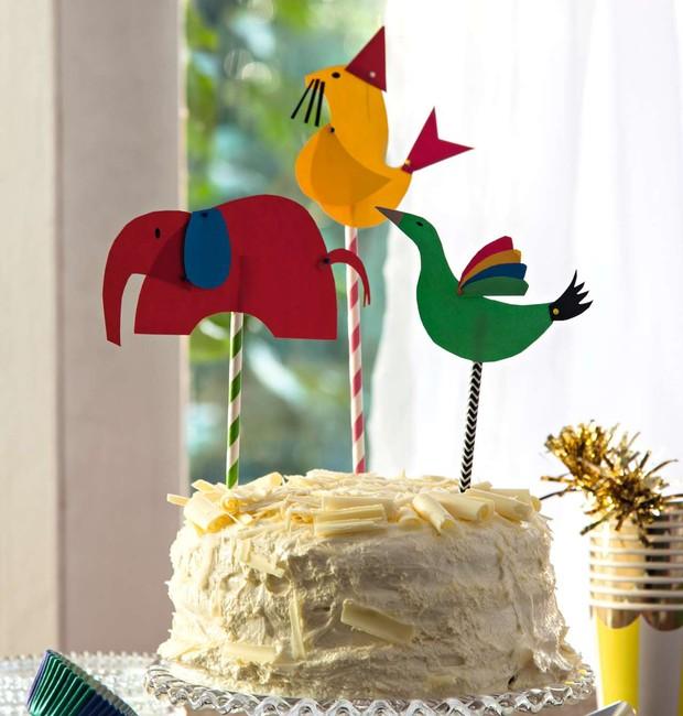 Com papel colorido e tachinhas, você faz uma turma animadíssima para decorar o bolo. Canudos Shopfesta, bolo Magavilha, prato de bolo e espátula Tok & Stok, acessórios de festa Mimoo Toys'n Dolls (Foto: Cacá Bratke/Editora Globo)