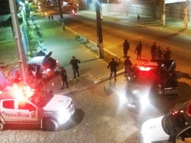 Na fuga, criminosos perderam a direção e bateram carro no muro de uma escola. Mesmo assim, conseguiram escapar (Foto: PM/Divulgação)