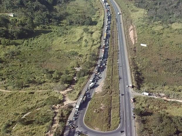 Em outro ponto da rodovia, protesto também causava retenção. (Foto: Reprodução/TV Globo)