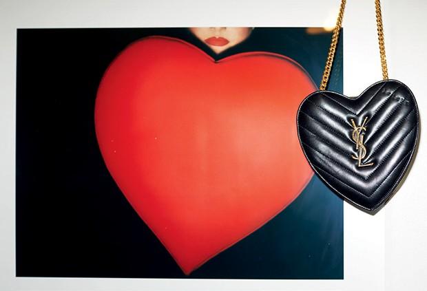 Bolsa Saint Laurent e foto de Guy Bourdin (Foto: Pedro Arieta)