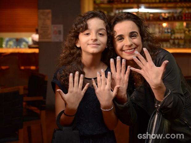 Maria de Médicis assiste ao primeiro capítulo com a filha, Antônia Corado (Foto: Raphael Dias/TV Globo)