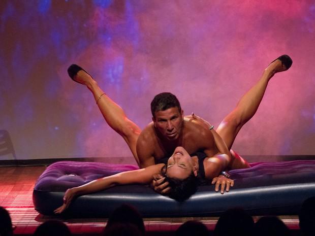 Juliana Knust e Eri Johnson em cenas quentes no teatro (Foto: Alex Nunes/Divulgação)