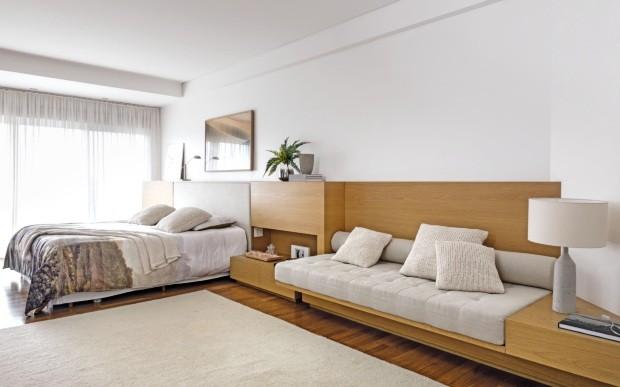 Neste quarto de 40 m², a aposta do escritório Sala 2 Arquitetura foi na serenidade de tons, mas também nas soluções funcionais (Foto: Evelyn Müller / Divulgação)