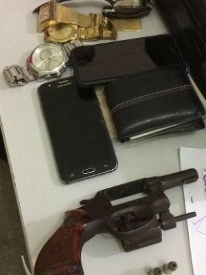 Arma usada pelos criminosos e objetos roubados  (Foto: Heloísa Guimarães/Inter TV Cabugi)