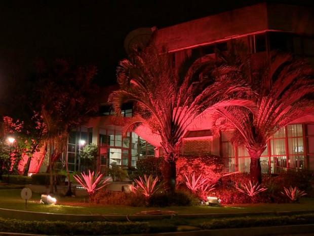 Rede Gazeta também ganhou iluminação rosa (Foto: Reprodução/ TV Gazeta)