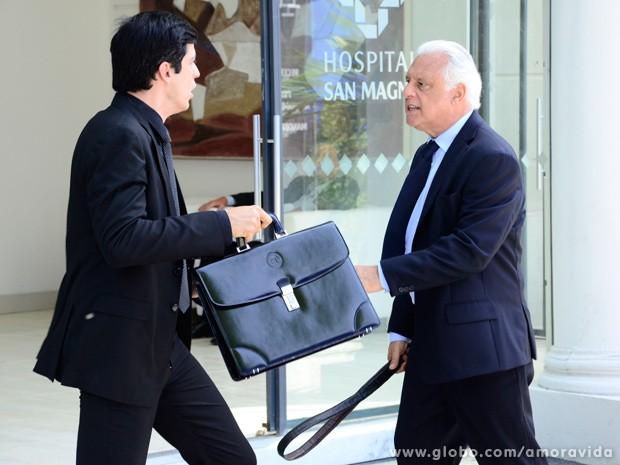 César tira o cinto e se prepara para dar uma surra em Félix... (Foto: Ellen Soares / TV Globo)