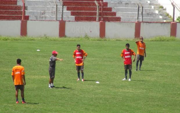 Roberval corrige posicionamento dos atletas do CRB (Foto: Caio Lorena / Globoesporte.com)