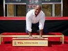 Dwayne 'The Rock' Johnson deixa marca no Teatro Chinês de Hollywood
