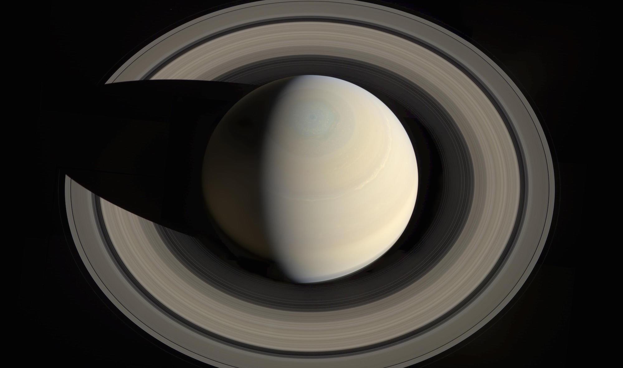 Você consegue enxergar o maior anel de Saturno? Seus olhos podem estar te enganando. ;)  (Foto: NASA)