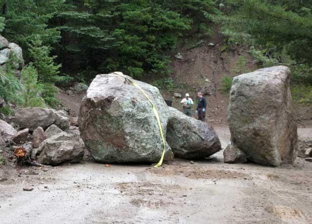 Investigadores analisam o local em que uma pedra deslizou e atingiu um homem no Arizona, nos EUA (Foto: Coconino County Sheriff/ AP)
