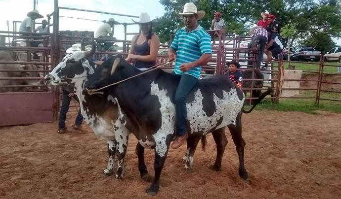 Paracanoísta Fernando Rufino em cima de boi para matar saudade do rodeio (Foto: Arquivo Pessoal)