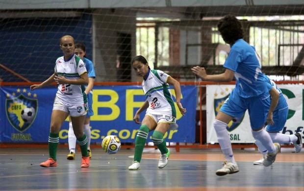 Jogadora do Ninho de Águias toca a bola e é marcada por atleta do Estoril (Foto: Divulgação/CBFS)
