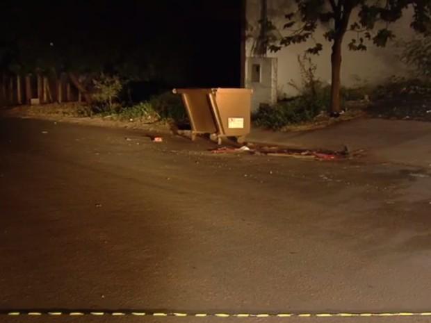 Motociclista morre após bater em contêiner em rua sem iluminação, em Goiânia, Goiás (Foto: Reprodução/TV Anhanguera)