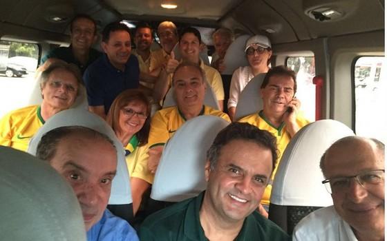 """Aloysio Nunes, Aécio Neves, Geraldo Alckmin e Paulinho da Força em """"vã do PSDB"""" nas manifestações de 13 de março (Foto: Reprodução / Twitter)"""