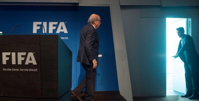 Blatter entrega cargo coletiva Fifa (Foto: VALERIANO DI DOMENICO / AFP)