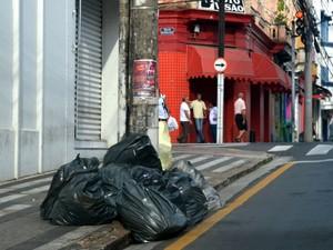 Lixo acumulado na Rua XV de Novembro no Centro de Piracicaba (Foto: Leon Botão/G1)