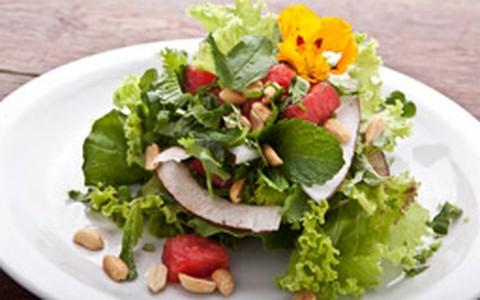 Salada thai de melancia, rúcula e hortelã