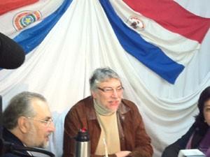 Presidente deposto do Paraguai, Fernando Lugo se reúne com ex-ministros nesta segunda-feira (25) (Foto: Amauri Arrais/G1)