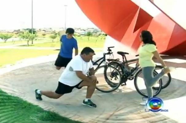 Sandro e sua família adotaram um estilo de vida mais saudável (Foto: Reprodução / TV TEM)