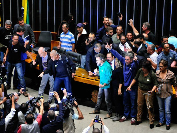 Grupo de manifestantes invade o plenário principal da Câmara dos Deputados, em Brasília, durante um protesto por uma intervenção militar no país (Foto: Luis Macedo/Câmara dos Deputados)