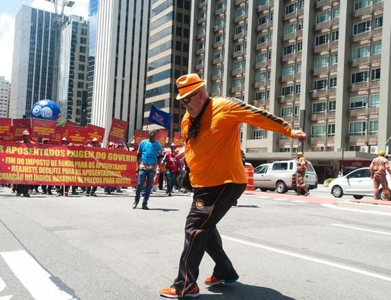No Dia Nacional dos Aposentados, Força Sindical realiza protesto na Avenida Paulista, em São Paulo, por mais direitos aos aposentados e pensionistas. A manifestação ocorreu em formato de desfile de carnaval (Foto:  Gabriel Soares/Brazil Photo Press/Ag. O Globo)
