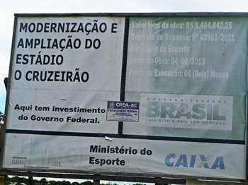 Placa reforma estádio Cruzeirão, em Cuzeiro do Sul, no interior do Acre (Foto: Adelcimar Carvalho)