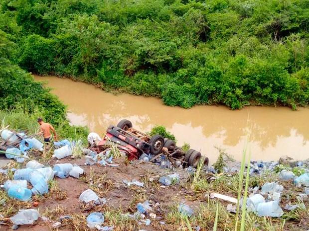 Carreta caiu em ribanceira na manhã desta quarta-feira (Foto:  Ewerton dos Reis/Ewertonnes Motovlog YouTube)