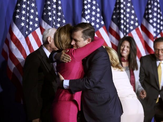 Ted Cruz abraça Carly Fiorina após anunciar a suspensão de sua campanha pela indicação pelo Partido Republicano, em Indianápolis, Indiana, na terça (3) (Foto: Reuters/Chris Bergin)