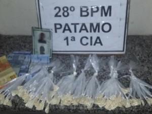 Sacolés de cocaína apreendidos com a suspeita no condomínio (Foto: Divulgação/Polícia Militar)