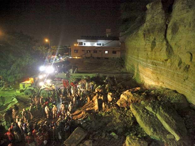 Equipes de resgate e forças paramilitares buscam por sobreviventes nos escombros de um deslizamento de terra na área de Karachi (Foto: Athar Hussain / Reuters)