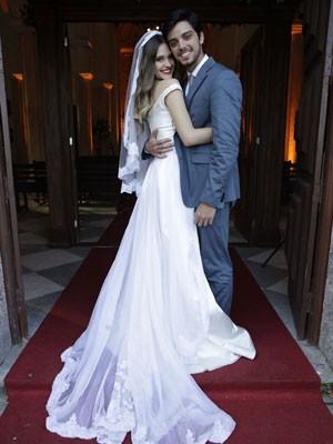 Paiva e Simas, caracterizados, posam pra foto na porta da igreja (Foto: Malhação/ TV Globo)