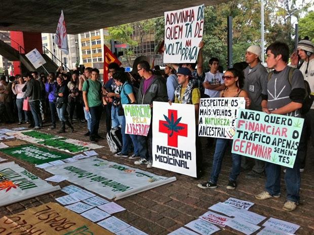 Manifestantes, desta vez, puderam exibir cartazes pedindo a descriminalização da droga, sem qualquer interferência por parte da polícia (Foto: G1/G1)
