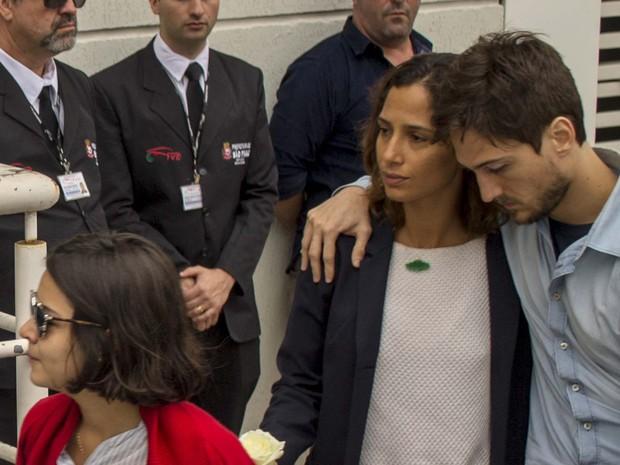 Camila Pitanga chega para o velório do amigo e ator Domingos Montagner (Foto: Marcelo Gonçalves/ Estadão Conteúdo)