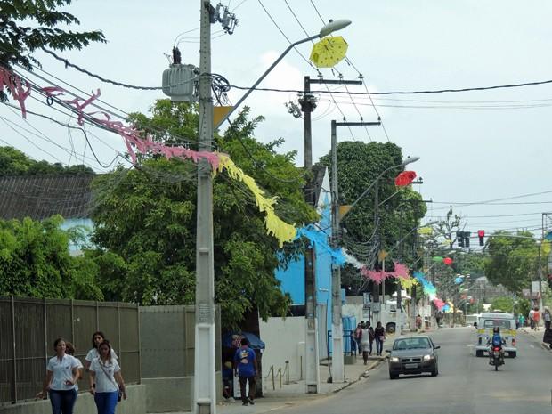 Guardas-chuvas são pendurados nos postes da rua em frente à Prefeitura (Foto: Katherine Coutinho / G1)