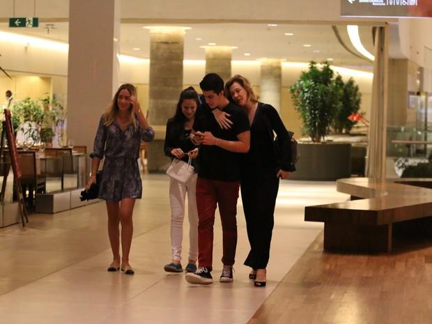 Claudia Raia com os filhos, Enzo e Sophia, em shopping na Zona Oeste do Rio (Foto: Fábio Moreno/ Ag. News)