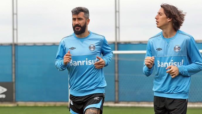 Douglas, Pedro Geromel, Grêmio (Foto: Rodrigo Rodrigues / Grêmio / Divulgação)
