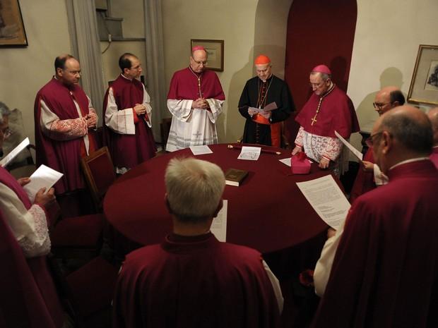 O cardeal Tarcisio Bertone, secretário de Estado do Vaticano, assume a Sé como camerlengo logo antes de selar o apartamento papal, em foto da véspera divulgada nesta sexta-feira (1º) (Foto: AP/Osservatore Romano)