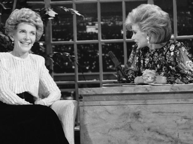 Joan Rivers apresenta o 'The Late Show Starring Joan Rivers', em 1986; na foto, a convidada é a então primeira dama Nancy Reagan (Foto: AP)