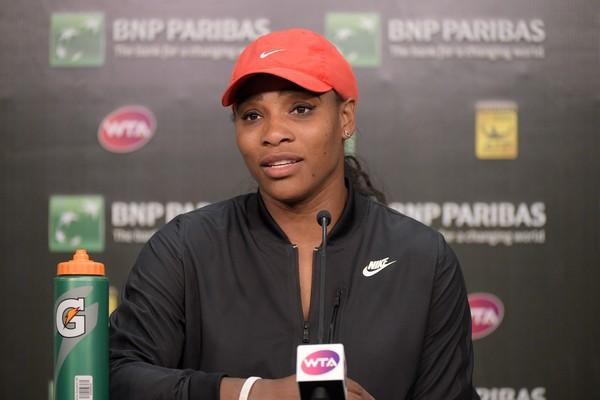 De acordo com The Daily Mail, a tenista Serena Williams possui o hábito de, antes de uma partida, amarrar seus sapatos sempre da mesma forma e usar sempre o mesmo chuveiro, Mas se engana quem pensa que as superstições acabam depois que a partida começa. S (Foto: Getty Images)