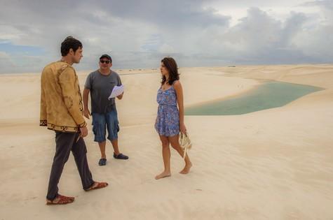 Chandelly Braz e Sérgio Guizé são dirigidos por Fabrícia Mamberti nos Lençóis (Foto: Alex Carvalho/TV Globo)