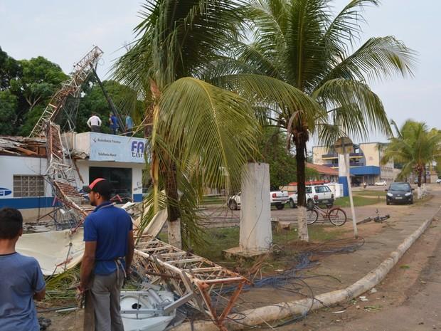 Torre de internet caiu sobre prédio durante temporal (Foto: Jonatas Boni/ G1)