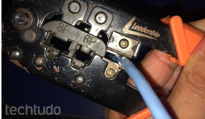 Desencapando o cabo com o crimpador (Foto: Edivaldo Brito/TechTudo)