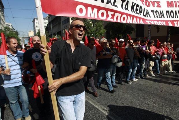 Manifestantes do Partido Comunista da Grécia marcham rumo ao Parlamento nesta quarta-feira (26) (Foto: Reuters)