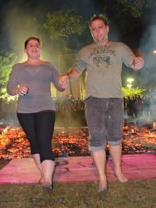 Daniel Assarice logo após correr descalço sobre brasas da fogueira (Foto: Araripe Castilho/G1)