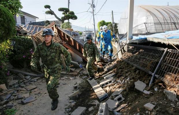 Há pelo menos 80 pessoas feridas com gravidade e cerca de 70 mil habitantes tiveram de deixar suas casas no Japão (Foto: EFE)